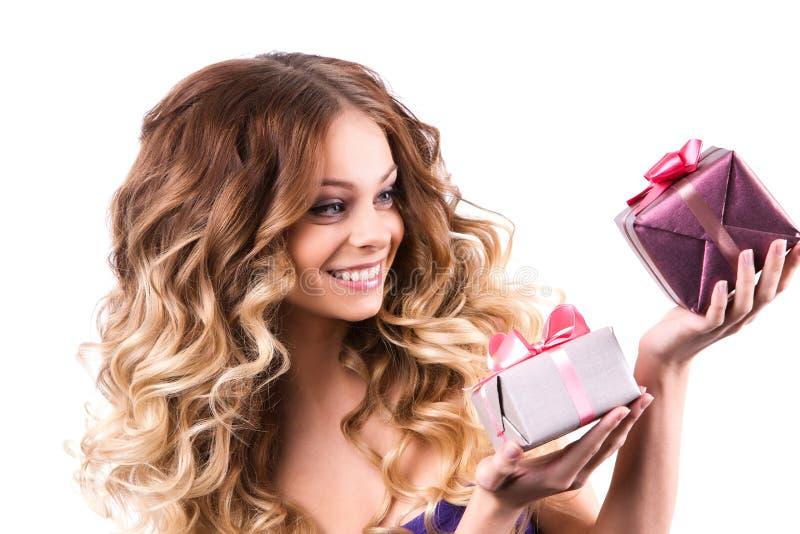 Mulheres alegres com um presente fotos de stock royalty free