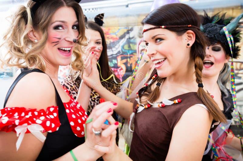 Mulheres alemãs novas no carnaval fasching que tem o partido do traje imagem de stock royalty free