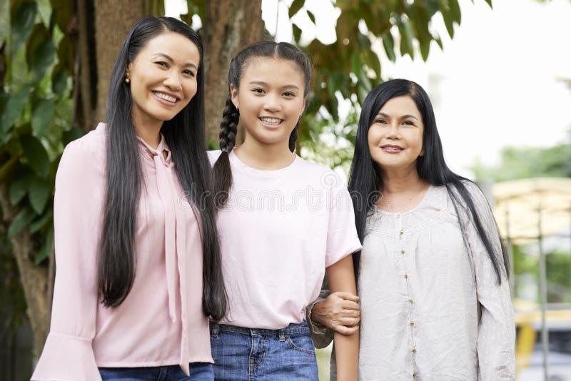 Mulheres asiáticas bonitas de uma família fotos de stock royalty free