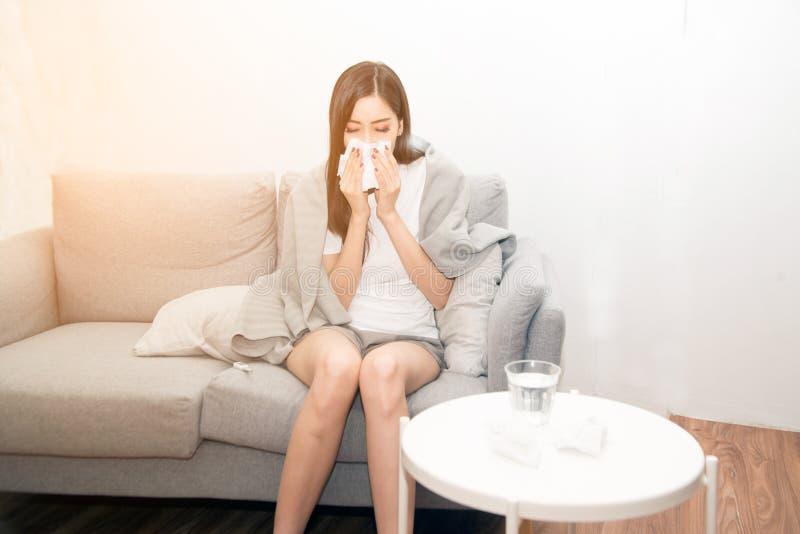 Mulheres asiáticas com esforço que sofrem das alergias e fecham o nariz com lenço de papel Devido a ter espirrar todo o tempo fotos de stock royalty free