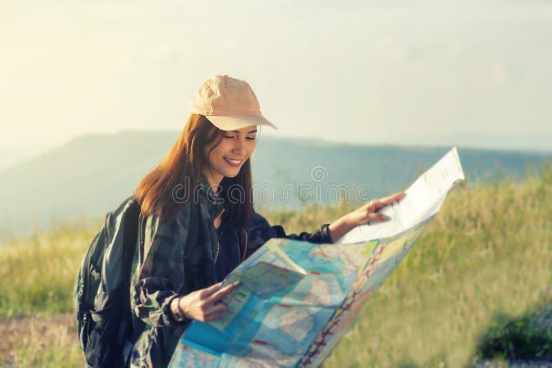 Mulheres asiáticas com a trouxa brilhante que olha um mapa Vista do CCB fotos de stock royalty free