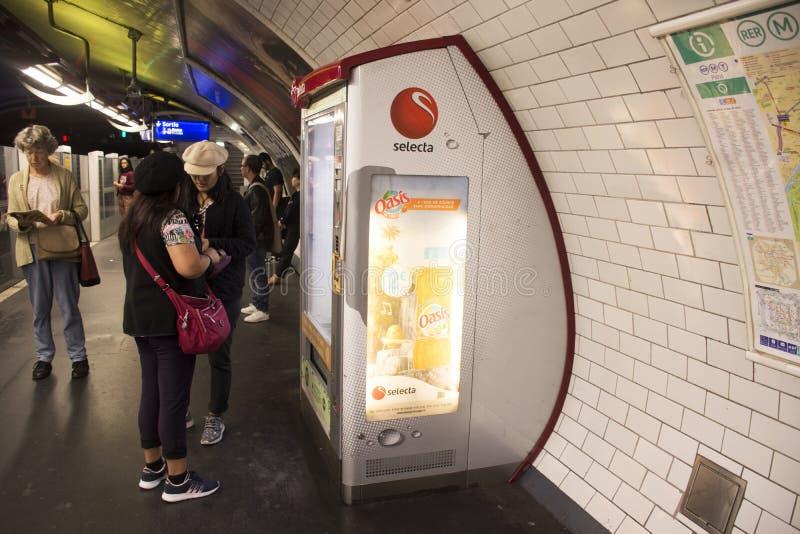 Mulheres asiáticas dos travlers do estrangeiro que compram o alimento e a bebida da máquina de venda automática automática fotografia de stock royalty free