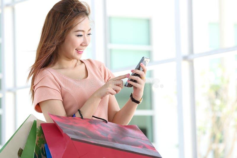 Mulheres asiáticas em guardarar muito saco de compras imagem de stock royalty free