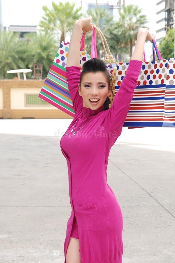 Mulheres asiáticas em guardarar muito saco de compras no mercado super imagens de stock