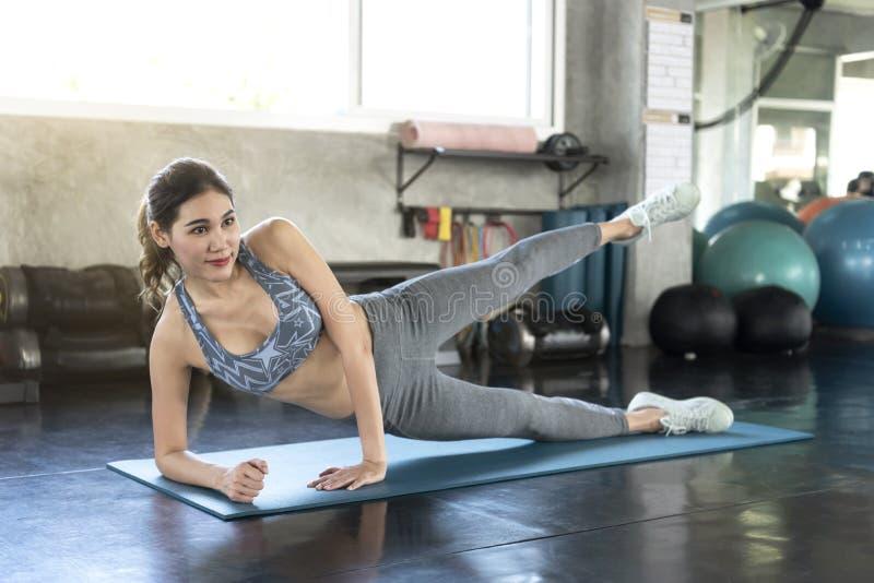 Mulheres asiáticas a fazer exercício de fachada na academia de ginástica estilo de vida saudável imagem de stock