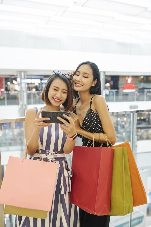 Mulheres asiáticas no shopping imagens de stock