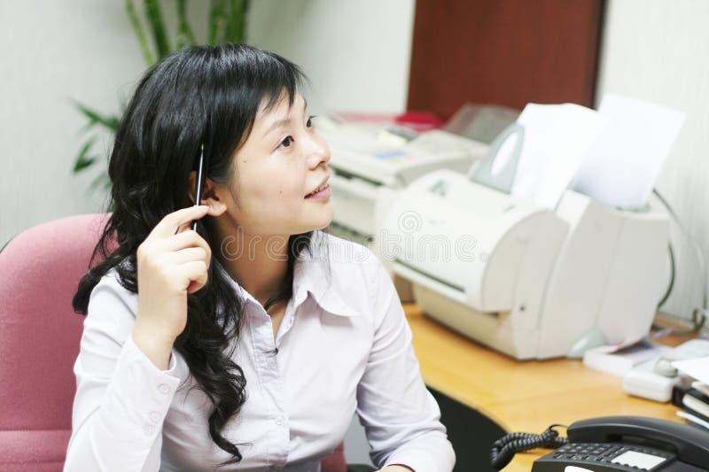 Mulheres asiáticas novas no offcie imagem de stock royalty free