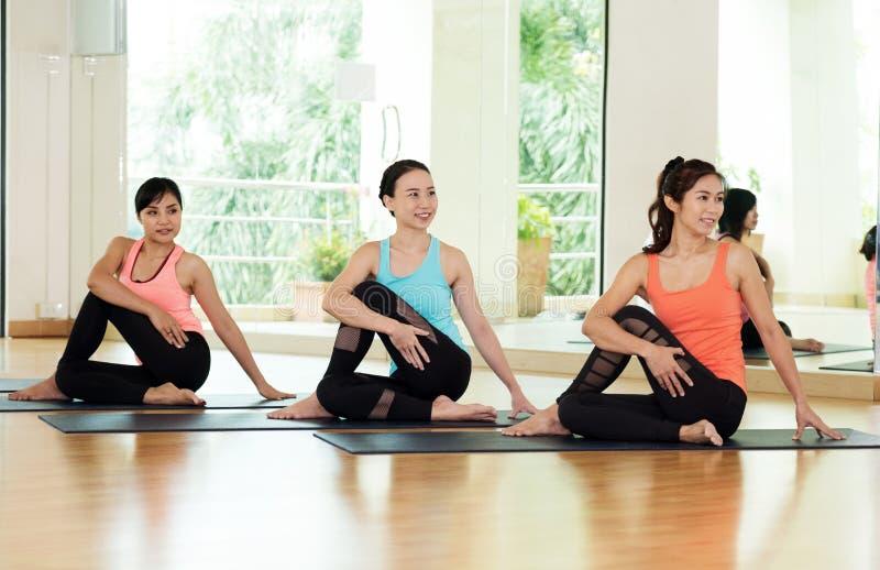 Mulheres asiáticas novas que praticam a meditação da ioga, estilo de vida saudável, fotos de stock