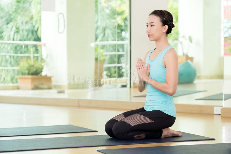 Mulheres asiáticas novas que praticam a meditação da ioga, estilo de vida saudável, fotos de stock royalty free