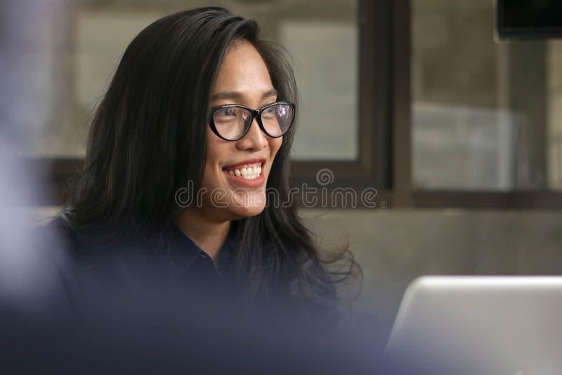 Mulheres asiáticas novas que sorriem na entrevista do trabalho, conversa fêmea com o colega de trabalho da mulher no escritório foto de stock