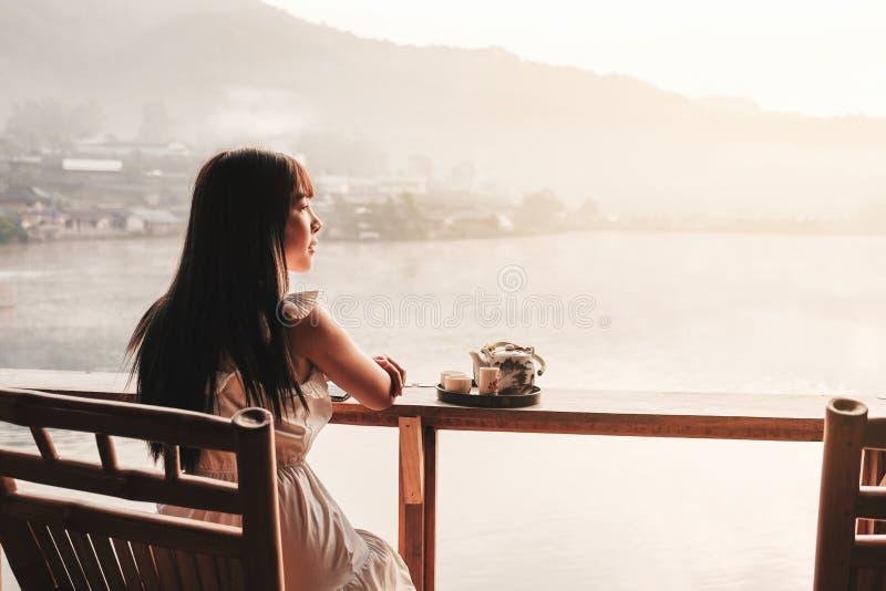 Mulheres asiáticas que bebem o nascer do sol do chá no tailandês de Rak do vinho do Lee, pagamento chinês, Mae Hong Son, Tailândi foto de stock royalty free
