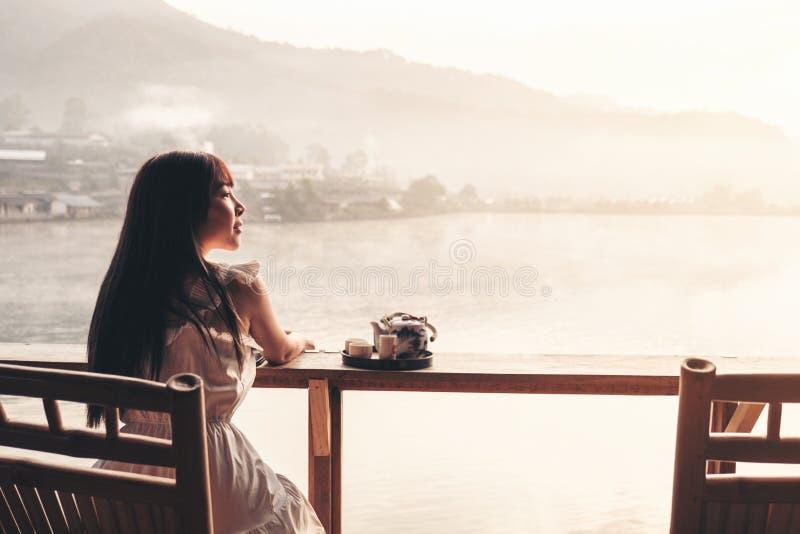 Mulheres asiáticas que bebem o nascer do sol do chá no tailandês de Rak do vinho do Lee, pagamento chinês, Mae Hong Son, Tailândi imagens de stock royalty free