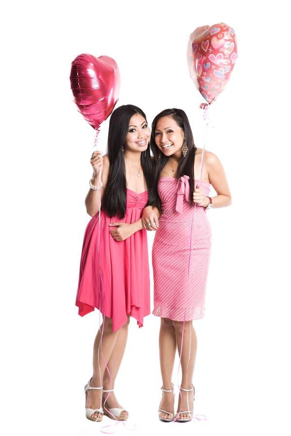 Mulheres asiáticas que comemoram o dia de Valentim imagens de stock royalty free
