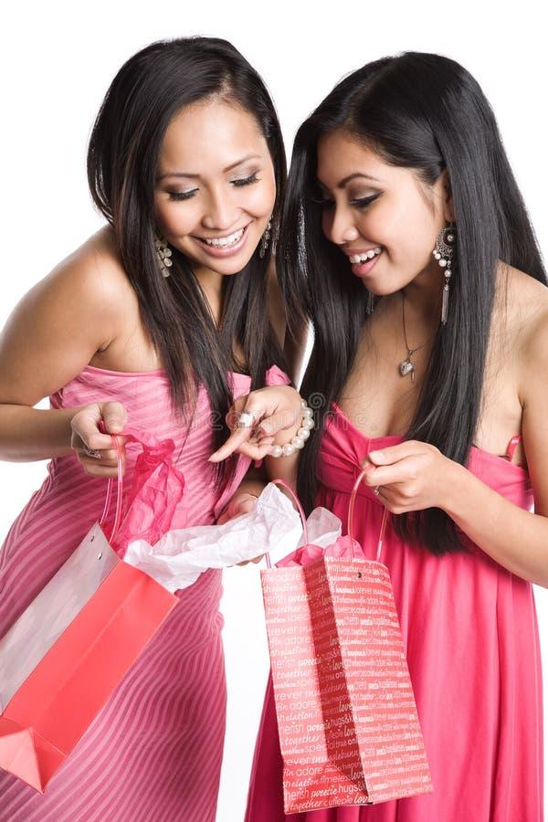 Mulheres asiáticas que recebem presentes do Valentim fotos de stock royalty free