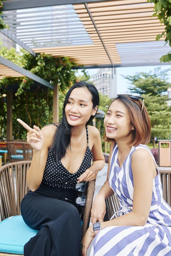 Mulheres asiáticas que sentam-se no café foto de stock