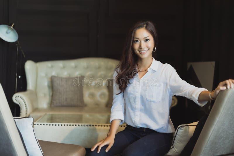 Mulheres asiáticas que sorriem e relaxamento feliz em uma cafetaria após w fotografia de stock royalty free