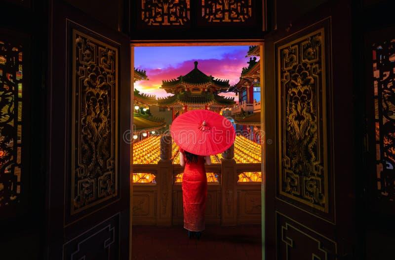 Mulheres asiáticas vestindo roupas nacionais Visite a visão noturna do Templo Sanfeng em Kaohsiung, Taiwan fotografia de stock