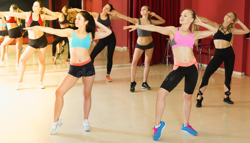 Mulheres ativas adultas que exercitam movimentos da dança imagem de stock