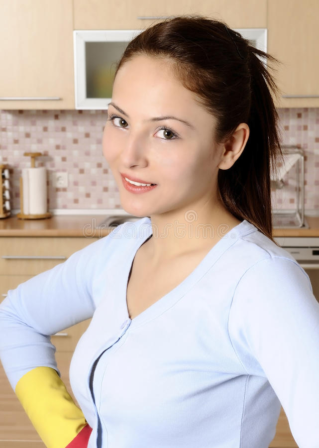 Mulheres atrativas bonitas que limpam a casa fotos de stock