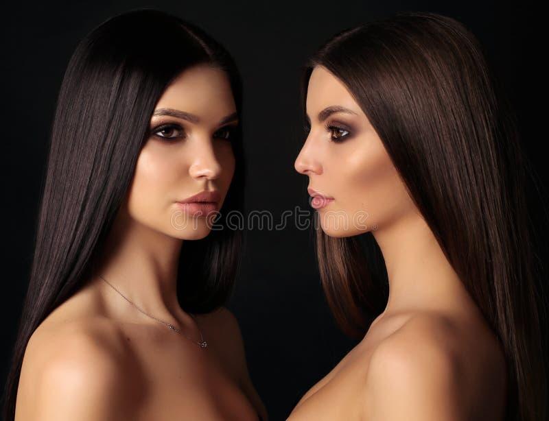 Mulheres bonitas com cabelo escuro bonito longo imagem de stock