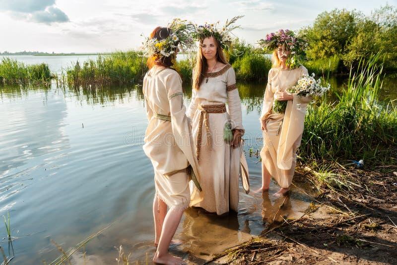 Mulheres bonitas com grinalda da flor fotografia de stock royalty free