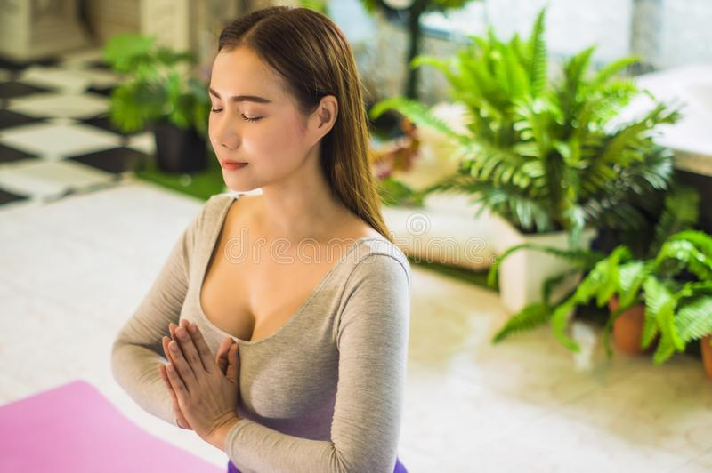 Mulheres bonitas com a medita??o e a ioga para refrescar a mente e o esp?rito, com manh? da luz solar, conceito do abrandamento e fotos de stock royalty free