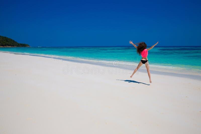 Mulheres bonitas Conceito da praia da liberdade da felicidade da felicidade Enjoymen fotografia de stock