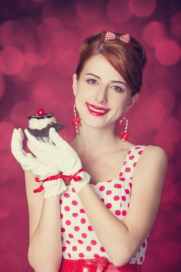 Mulheres bonitas do ruivo com doces. fotos de stock royalty free