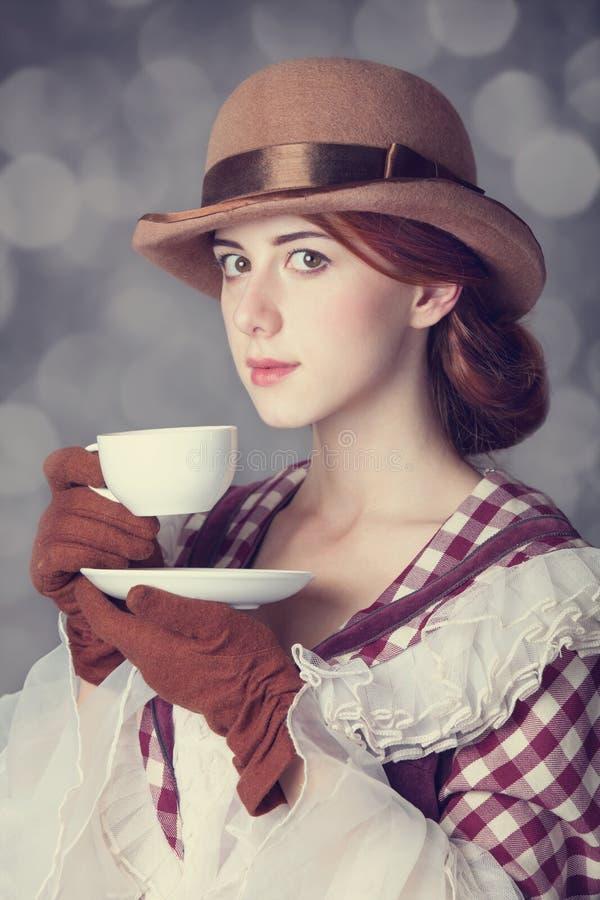 Mulheres bonitas do ruivo com o copo do chá. imagens de stock royalty free
