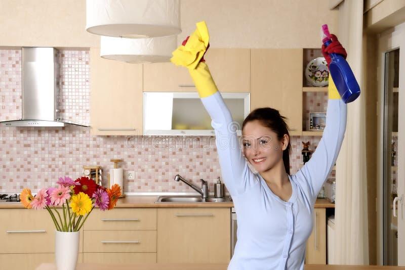 Mulheres bonitas felizes após ter limpado a casa foto de stock royalty free