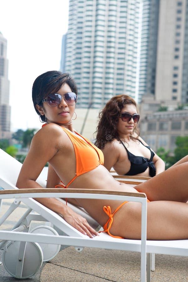 Mulheres bonitas no biquini pela associação imagens de stock