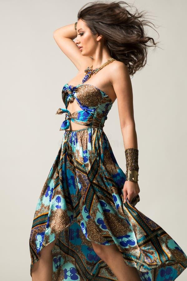 Mulheres bonitas no vestido asteca bonito com joia do ouro imagem de stock royalty free