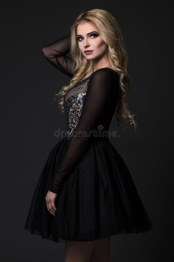 Mulheres bonitas no vestido preto foto de stock