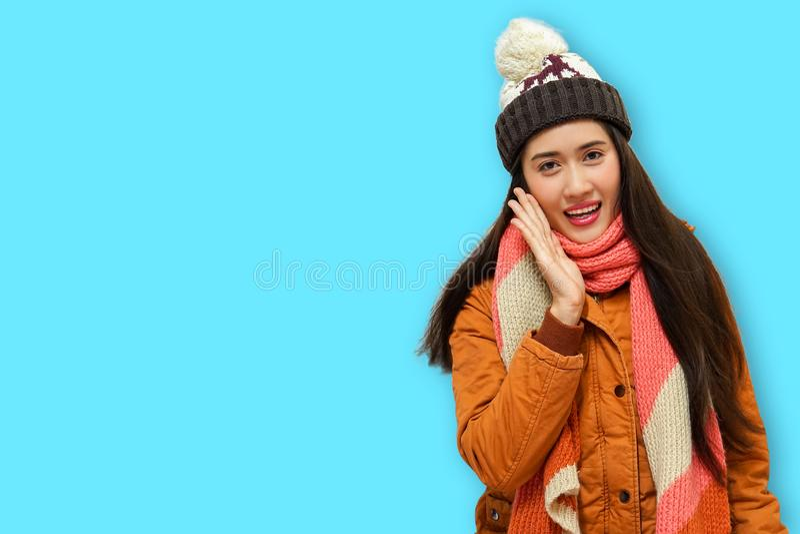 Mulheres bonitas novas felizes na roupa do inverno surpreendidas isoladas no fundo azul foto de stock