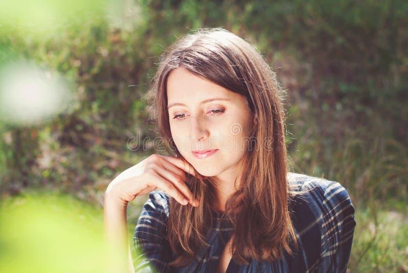 Mulheres bonitas novas fora no verão fotos de stock