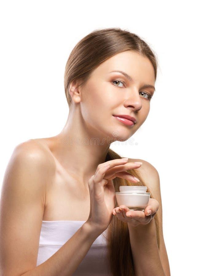Mulheres bonitas que aplicam o creme cosmético fotos de stock royalty free