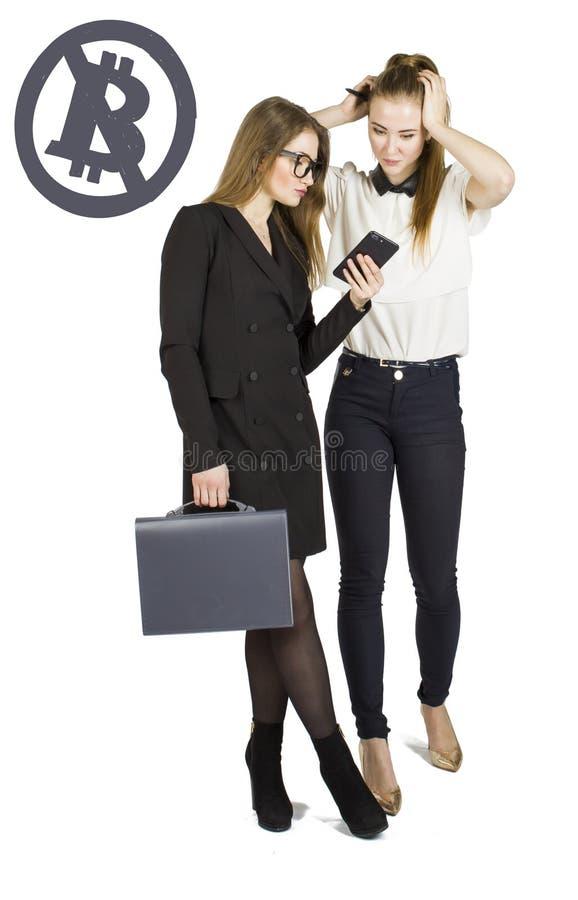 Mulheres bonitas que estão sobre o fundo branco com esboços e fala do bitcoin Conceito virtual do dinheiro Cryptocurrency foto de stock royalty free