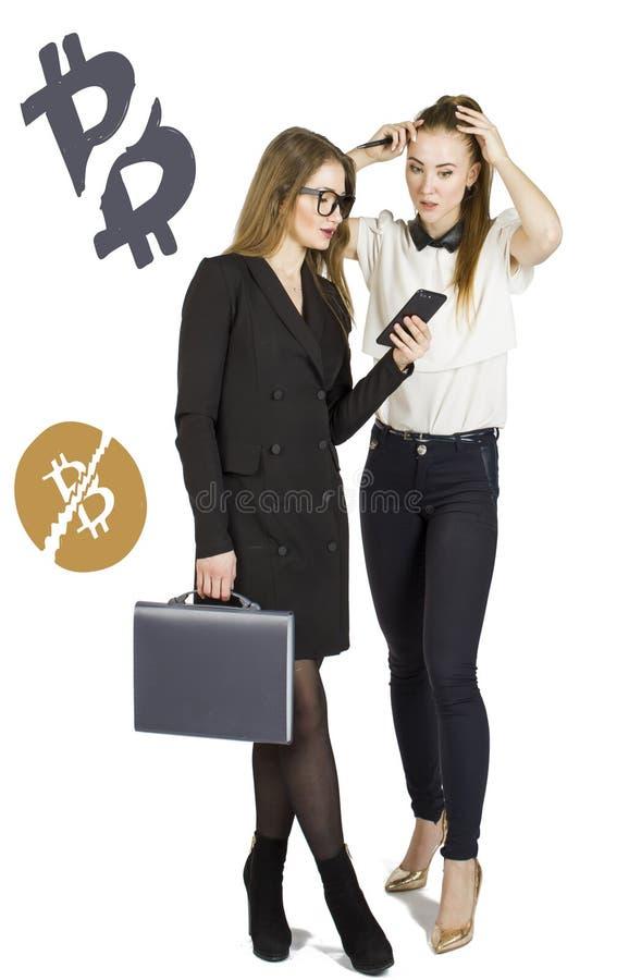 Mulheres bonitas que estão sobre o fundo branco com esboços e fala do bitcoin Conceito virtual do dinheiro Cryptocurrency imagens de stock royalty free