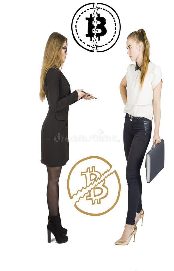 Mulheres bonitas que estão sobre o fundo branco com esboços e fala do bitcoin Conceito virtual do dinheiro Cryptocurrency fotos de stock