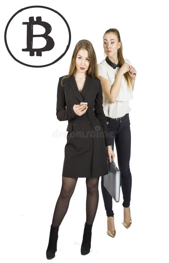 Mulheres bonitas que estão sobre o fundo branco com esboços e fala do bitcoin Conceito virtual do dinheiro Cryptocurrency imagem de stock royalty free