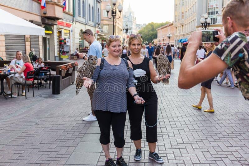 Mulheres bonitas que levantam na frente da câmera que anda em torno da cidade fotografia de stock royalty free