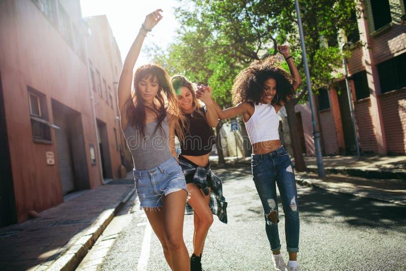 Mulheres bonitas que têm o divertimento na rua da cidade fotografia de stock royalty free