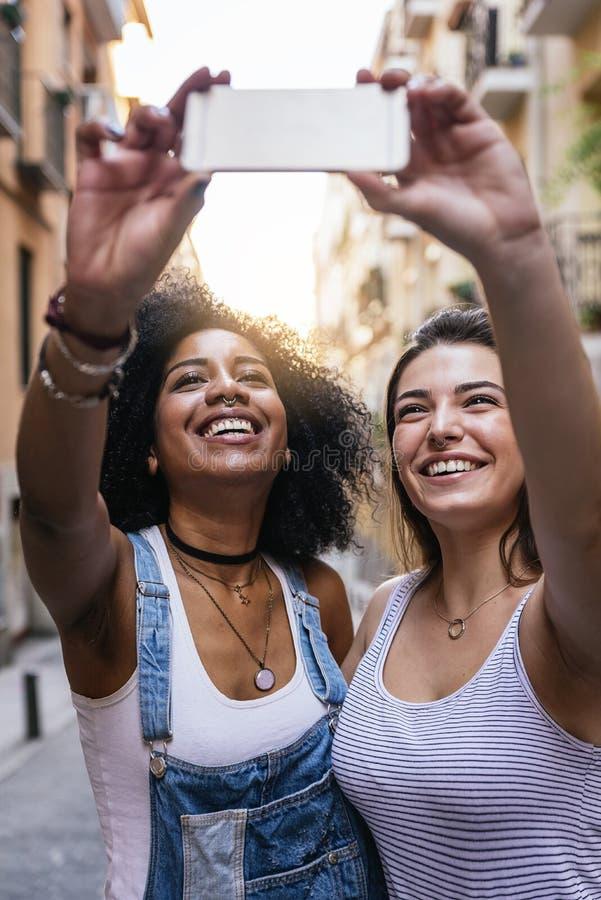Mulheres bonitas que tomam um autorretrato na rua fotos de stock