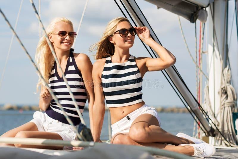 Mulheres bonitas que viajam pelo barco ou pelo iate de vela imagens de stock