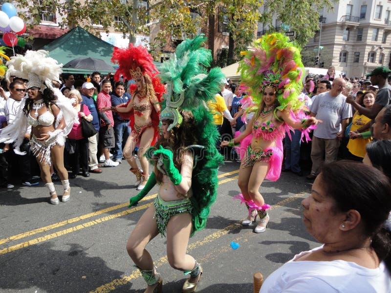Mulheres brasileiras que dançam à música imagens de stock royalty free