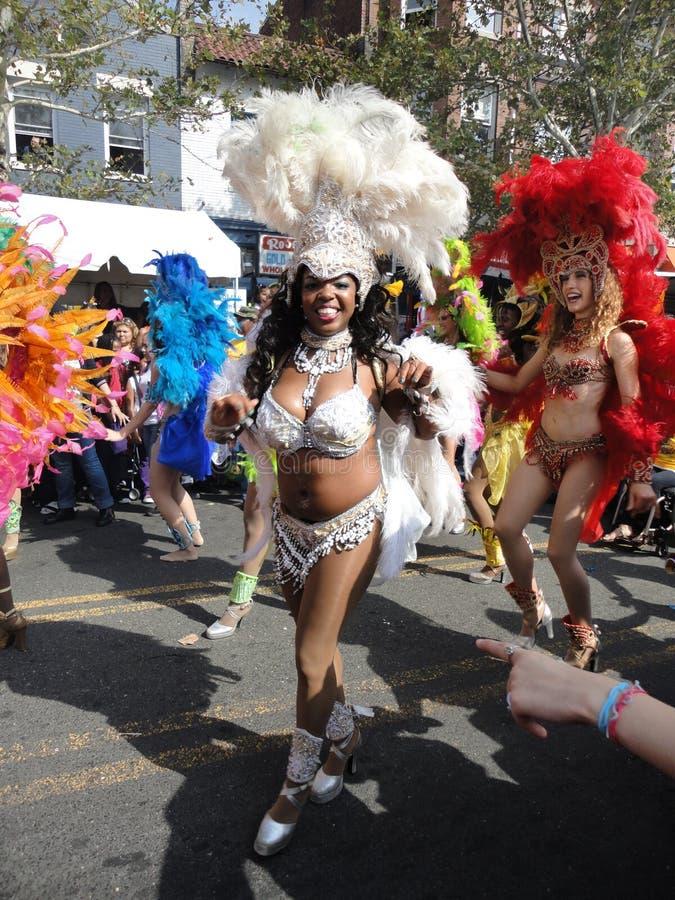 Mulheres brasileiras que dançam na rua fotografia de stock