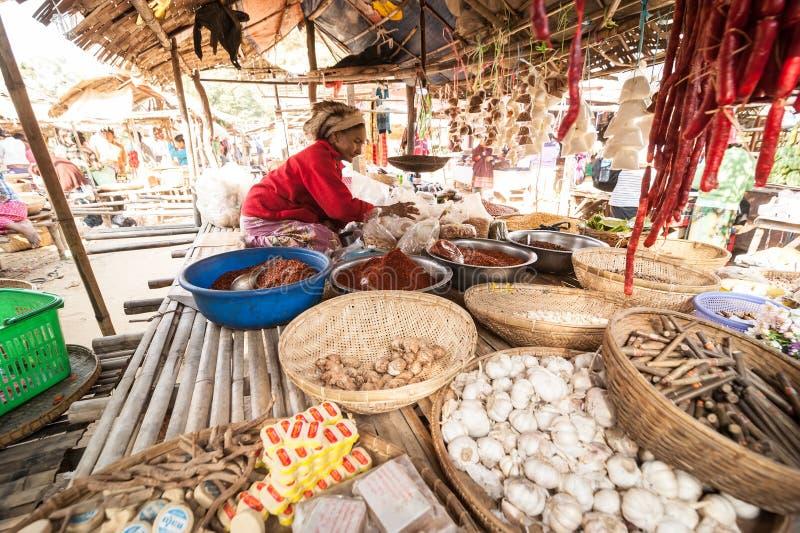 Mulheres burmese que vendem especiarias e bens locais myanmar fotografia de stock
