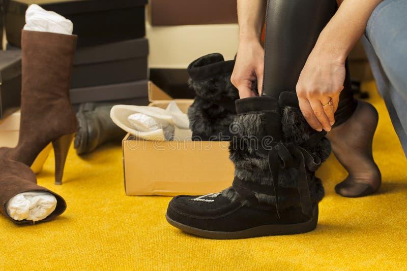 Mulheres cabidas em botas fotos de stock royalty free