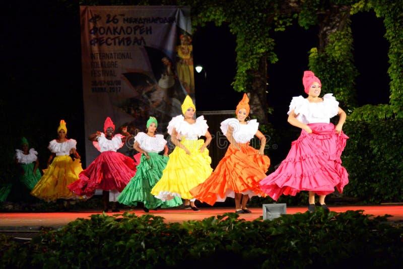 Mulheres colombianas lindos que executam a dança tradicional fotografia de stock