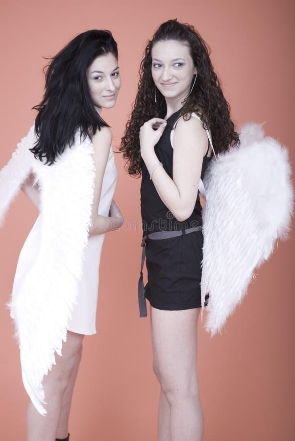 Mulheres com asas do ângulo foto de stock